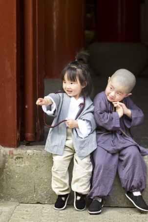 kids at open door